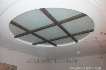 Комбинированный потолок с круглой вставкой из матового стекла с коричневыми перегородками