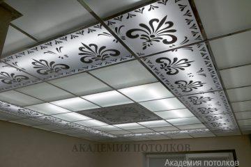 Матовый потолок с зеркальным декором и вставками
