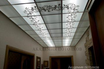Матовый потолок с зеркальным декорированным узором и серебряными вставками.