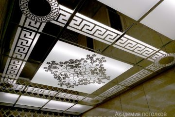 Матово-зеркальный потолок с декорированными узорами и цветочным принтом