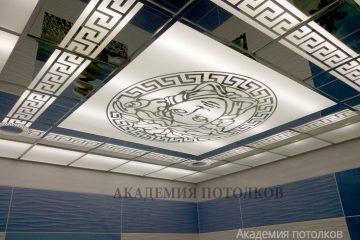 """Матово-зеркальный потолок с декорированными узорами и декором """"Лицо"""""""