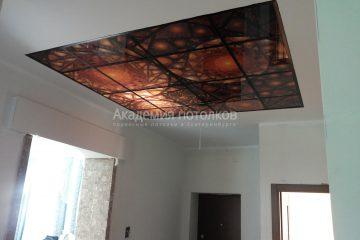 Белый потолок с фотопечатью на стекле в зале.