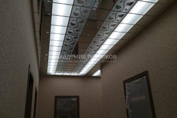 Декорированный потолок с зеркальной вставкой