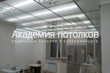 Потолок из матового стекла с декорами на кухне