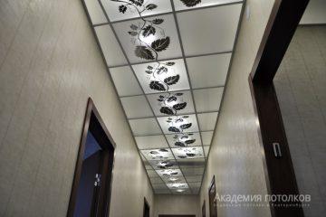 Потолок матовый с зеркальным декором в коридоре