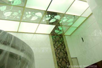 """Потолок в ванной с декором """"Лоза"""" и матовым стеклом"""