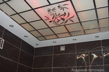 Потолок с декором, матовым стеклом, черно-белый и розовой подсветкой