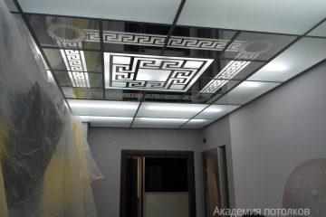 Потолок с декорированной зеркальной вставкой
