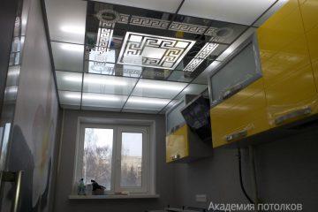 Потолок на кухне с декорированной зеркальной вставкой
