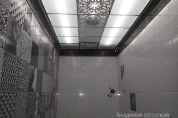 Потолок в ванной с декором и матовым стеклом