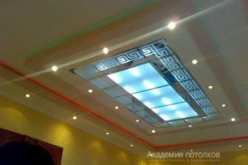 Зеркальный потолок с декором и вставкой из матового стекла