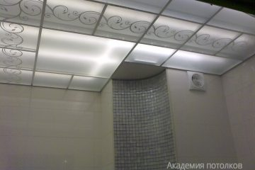Потолок с декором и матовым стеклом