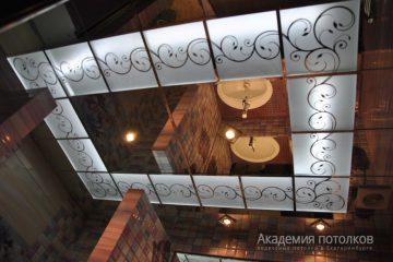 Зеркальный потолок с матовыми вставками с декором