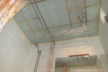 Матовый потолок с декором и золотыми вставками.