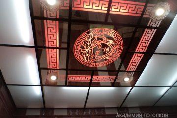 Зеркальный потолок с декором и красной подсветкой
