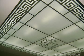 Потолок с декором, матовым стеклом и серебряными вставками