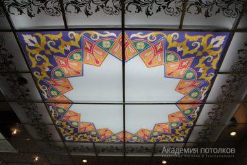 Потолок с декором и цветной вставкой