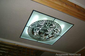 Потолок со вставкой из матового стекла с декором