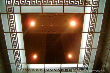 Потолок с декором и зеркальной вставкой и красной подсветкой