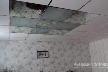 Потолок с зеркальной вставкой