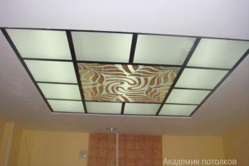 Потолок с декором, матовым стеклом и черными вставками