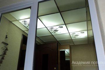Потолок из матового стекла с декорированными вставками