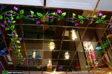 Зеркальный потолок с цветным декором