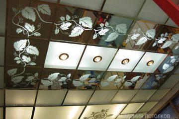 """Зеркальный потолок с декором """"Лоза"""" и матовым стеклом"""