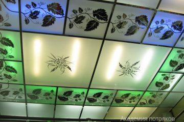 """Потолок с декором """"Лоза"""", матовым стеклом и зелёно-синей подсветкой"""