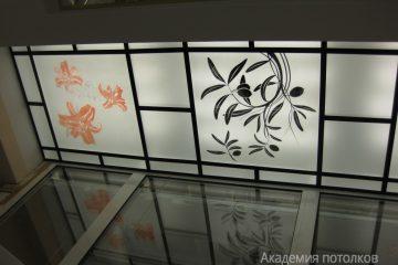 Потолок с оранжево-черным декором и черными вставками