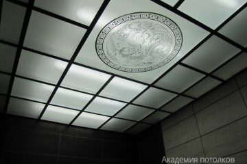Потолок с матовым стеклом и декорированной рисунком и черными вставками