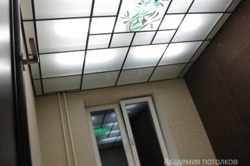 Потолок с матовым стеклом, цветочным декором и черными вставками
