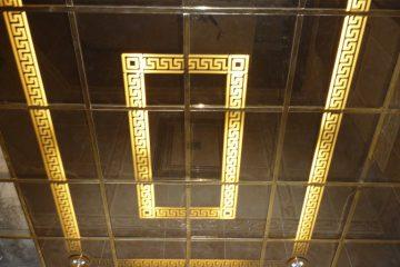 Потолок зеркальный с золотым декором и подсветкой