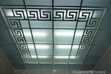 Потолок с матовым стеклом и черным декором