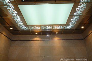 Потолок зеркальный с белым декором и матовой вставкой