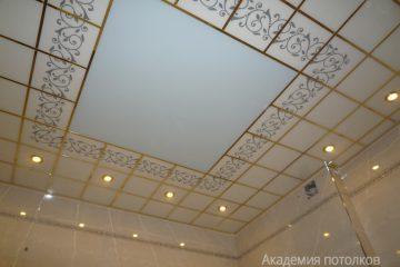 Белый потолок с декором и матовой вставкой