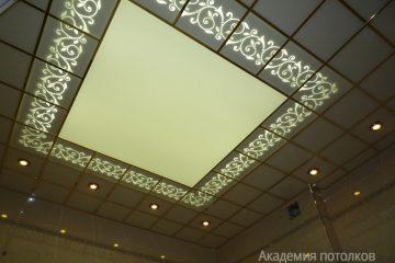Белый потолок с декором, матовой вставкой и подсветкой
