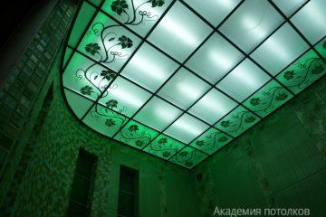 Потолок матовый с цветочным декором и зелёной подсветкой