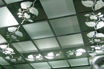Потолок матовый с зеркальными вставками и декором на них