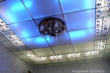 Потолок матовый с декором по бокам