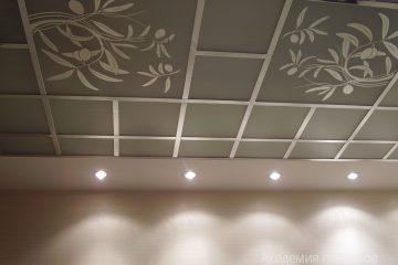Серый потолок с зеркальными вставками и декором