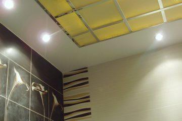 Потолок матовый с зеркальным декором и желто-розовой подсветкой