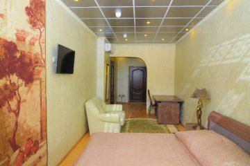 Потолок зеркальный с декорированным рисунком в спальне
