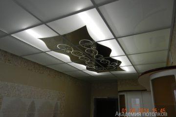 Потолок матовый с зеркальной вставкой и декорированным узором на ней