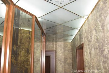 Потолок матовый, зеркальным цветочным декором и серебряными вставками