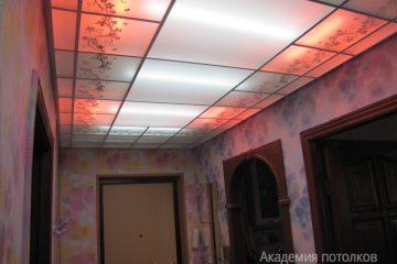 Матовый потолок с цветочным декором и красной подсветкой