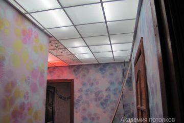 Матовый потолок с зеркальными вставками