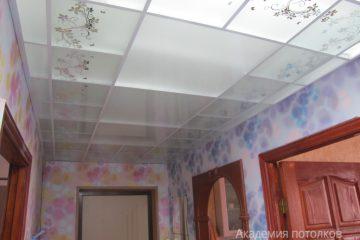 Матовый потолок с цветочным декором и белыми вставками