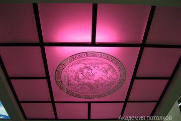 Потолок матовый с зеркальными вставками, круглым декором и розовой подсветкой.