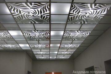 Потолок матовый с декором и серебряными вставками